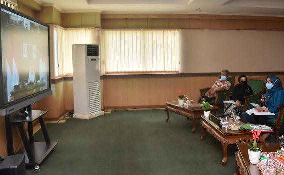 Bupati Bogor, Ade Yasin mengikuti rapat secara virtual dengan Kementerian Agraria Tata Ruang/Badan Pertanahan Nasional (ATR/BPN) terkait pembangunan Hunian Tetap bagi masyarakat korban bencana di Kabupaten Bogor yang berlangsung di Ruang VIP A Gedung Tegar Beriman, Cibinong, Kamis (7/1/2021).